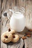 Kakor med en krus av mjölkar Royaltyfria Bilder