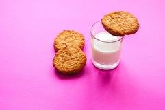 Kakor med ett exponeringsglas av mjölkar royaltyfria foton
