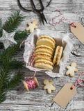 Kakor med karamellkräm och valnötter i en tappningmetall boxas, julgarnering och en rengöring, tom etikett Royaltyfri Fotografi