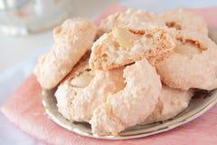 Kakor med kokosnöten och mandelen på sauceren arkivfoton