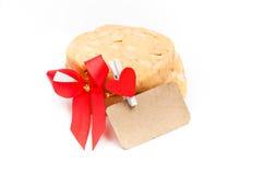 Kakor med macadamiamuttern och det röda bandet på vitbackgrounen Fotografering för Bildbyråer