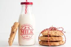 Kakor och flaskan av mjölkar för jultomten Royaltyfri Bild
