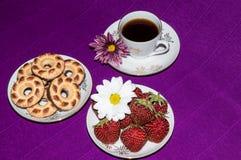 Kakor och jordgubbar för kaffekopp Arkivbild