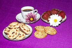 Kakor och jordgubbar för kaffekopp Royaltyfri Bild