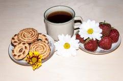 Kakor och jordgubbar för kaffekopp Arkivfoton