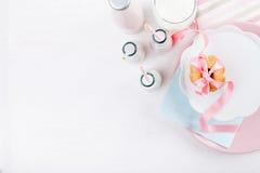 Kakor och jordgubbeskaka Royaltyfri Fotografi