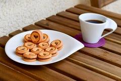 Kakor och kaffe royaltyfria bilder