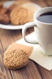 Kakor och kaffe Arkivfoto