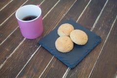 Kakor och kaffe på trä fotografering för bildbyråer