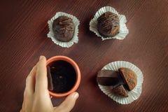 Kakor och kaffekopp på tabellen Royaltyfri Bild