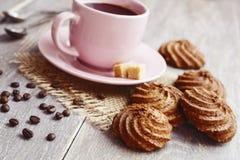 Kakor och kopp av kaffe Arkivfoton