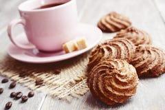 Kakor och kopp av kaffe Arkivbild