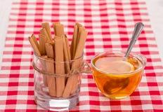Kakor och kuper av tea Arkivbild