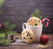 Kakor och mjölkar för Santa Claus på träbakgrund royaltyfria bilder