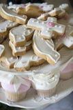 Kakor och muffin för ett dop arkivbild
