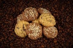 Kakor på bakgrund för kaffebönor Top beskådar Fotografering för Bildbyråer