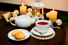 Kakor på plattan och kopp te i kafé Royaltyfri Fotografi