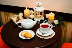 Kakor på plattan och kopp te i kafé Arkivfoton