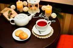 Kakor på plattan och kopp te i kafé Arkivbild
