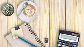 kaktus, kalkulator, rocznik książka, klamerka, błękitny ołówek i latte, co Zdjęcie Stock