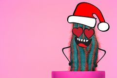 Kaktushipsterman med den santa hatten Tropiskt julbegrepp Minsta rolig konst royaltyfria foton