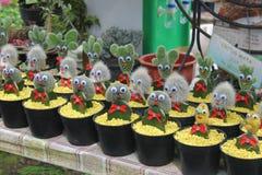 Kaktusstatyetter med ögon Royaltyfri Bild