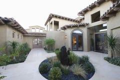 Kaktusträdgård och borggård av hemmet Arkivbilder