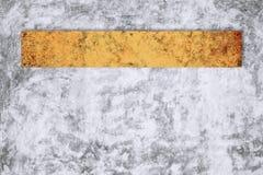 Kal betongvägg för gammal metallteckenwite Royaltyfria Foton