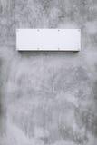 Kal betongvägg för metallteckenwite Fotografering för Bildbyråer