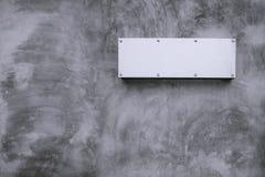 Kal betongvägg för metallteckenwite Royaltyfri Bild