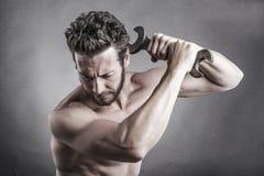 Kal bröstkorgman som använder en skruvnyckel eller en skiftnyckel som ett vapen Arkivfoton