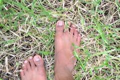 Kal fot för man på gräset Arkivfoton