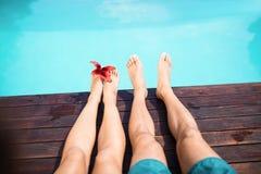 Kal fot för par mot simbassäng Royaltyfria Bilder