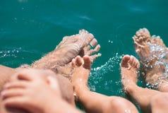 Kal fot i vattnet av havspojken, moder, fader Positiva mänskliga sinnesrörelser, känslor, Arkivbild