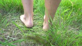 Kal fot som dansar på gräset, begrepp av frihet och lycka stock video