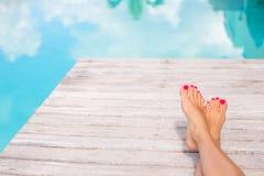Kal kvinnafot av simbassängen Royaltyfri Foto