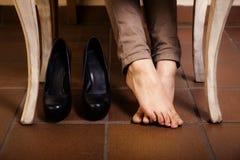 Kal kvinnlig fot under tappningtabellen Arkivfoton