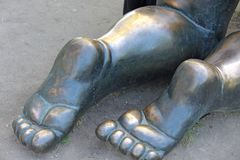 Kala häl gjorde av metall Skulptur i staden av Prague, Tjeckien royaltyfria foton