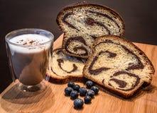 Kalacs - ουγγρικό γλυκό ψωμί με τα καρύδια Στοκ φωτογραφίες με δικαίωμα ελεύθερης χρήσης