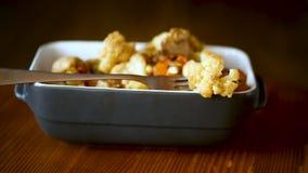 Kalafior piec z pieczarkami i oberżynami w ceramicznej formie zbiory