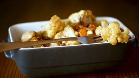 Kalafior piec z pieczarkami i oberżynami w ceramicznej formie zdjęcie wideo