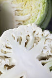 Kalafior, savoy kapusty przekrawający zakończenie up Zdjęcia Royalty Free