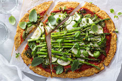 Kalafiorowa pizza z zucchini i asparagusem Obrazy Royalty Free