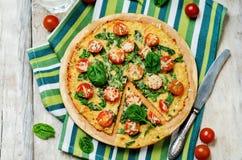 Kalafiorowa pizzy skorupa z pomidorem i szpinakiem Obrazy Royalty Free