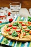 Kalafiorowa pizzy skorupa z pomidorem i szpinakiem Obraz Stock