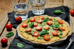 Kalafiorowa pizzy skorupa z pomidorem i szpinakiem zdjęcie stock