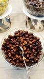 Kalamata oliv i bunke i en restaurang royaltyfri fotografi