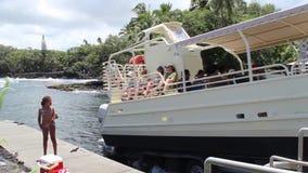 Kalapana, Etats-Unis - VERS 2013 Bateau de touristes partant dans la mer au point d'entrée de lave clips vidéos