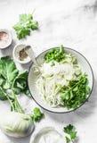 Kalarepy i daikon slaw sałatka na lekkim tle, odgórny widok Jarski diety jedzenie Obraz Stock