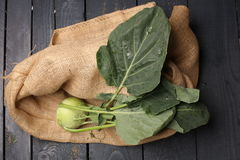Kalarepy kapuściane z zielonymi liśćmi na metalu talerzu na drewnianym tle stary rocznik wsiadają Obrazy Royalty Free